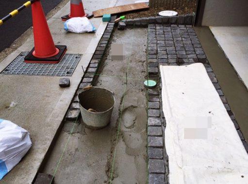 LABOT::ピンコロ石をガレージ前の床に敷き並べる