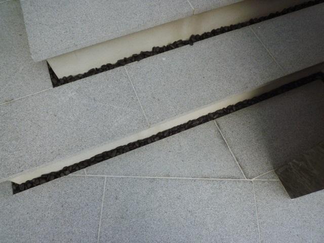 京都 LABOT - lab-t.com - ガラスブロックと石壁の外構 -
