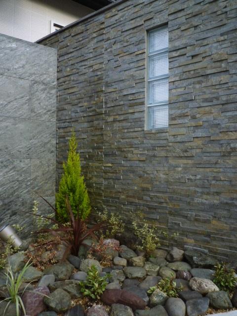 LABOT::ガラスブロックと石壁の外構