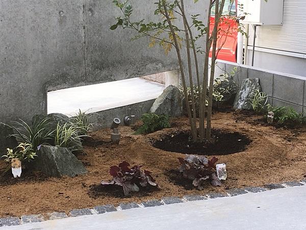 京都 LABOT - lab-t.com - 景石を使った下草の植え込み -