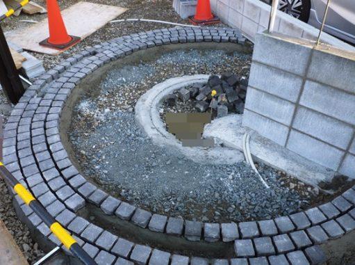 LABOT::グルグルサークルは一つ一つ、石を手作業で並べています。