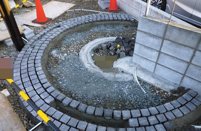 京都 LABOT - lab-t.com - グルグルサークルは一つ一つ、石を手作業で並べています。 -