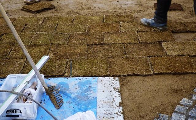 京都 LABOT - lab-t.com - 亀岡市の新築外構工事、お庭に芝生を敷き詰めていきます -