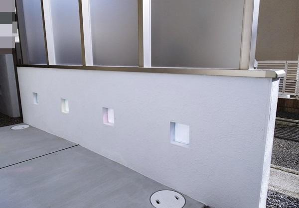 LABOT::ココマ腰壁タイプでプライバシーをしっかり。そしてお気に入りの光る機能門柱も。