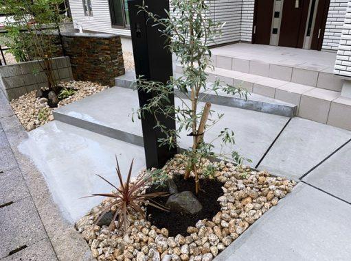 LABOT::階段のゾーニングと植栽の配置を考えたオープン外構