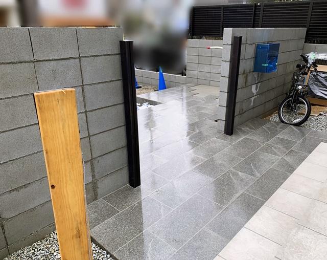 京都 LABOT - lab-t.com - 白い石の門柱に黒の金物を選んできちんと感がある外構に -