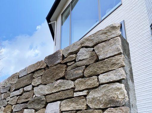 LABOT::天然石の意匠壁施工中