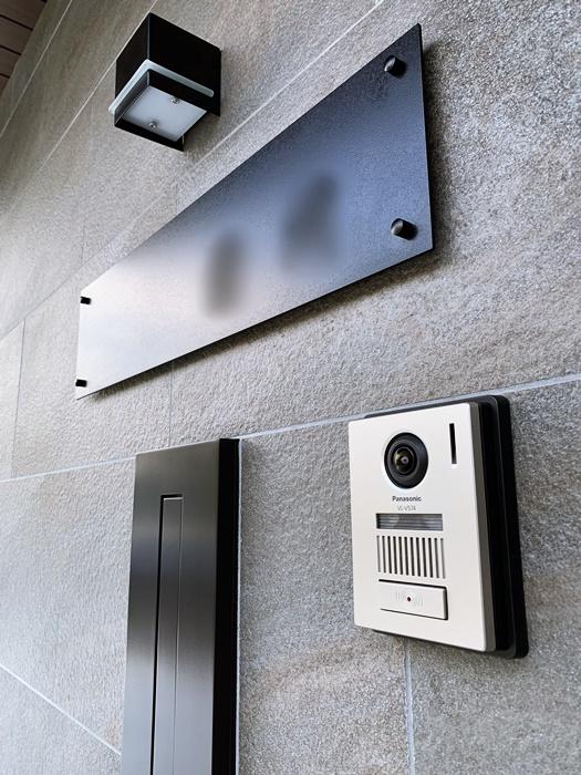京都 LABOT - lab-t.com - タイル張りのシャッターと木目調の門屋根(昼間) -