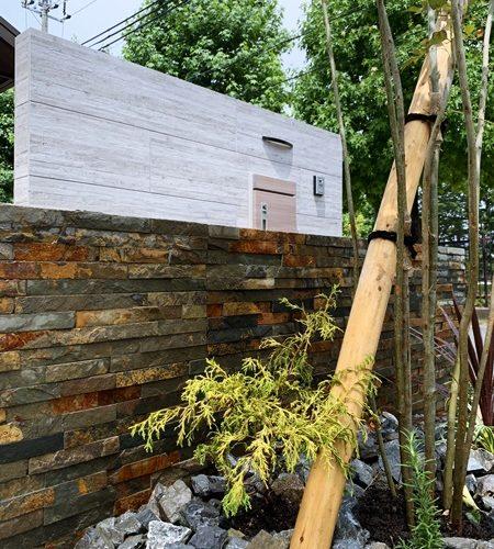 LABOT::木目の外壁に似合う角地のオープン外構