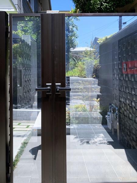 京都 LABOT - lab-t.com - スタイリッシュな門回りと緑あふれるアプローチ -