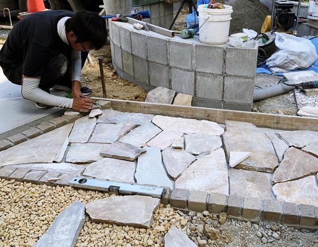 京都 LABOT - lab-t.com - ガレージの真ん中に乱形石のアプローチを作ったよ -