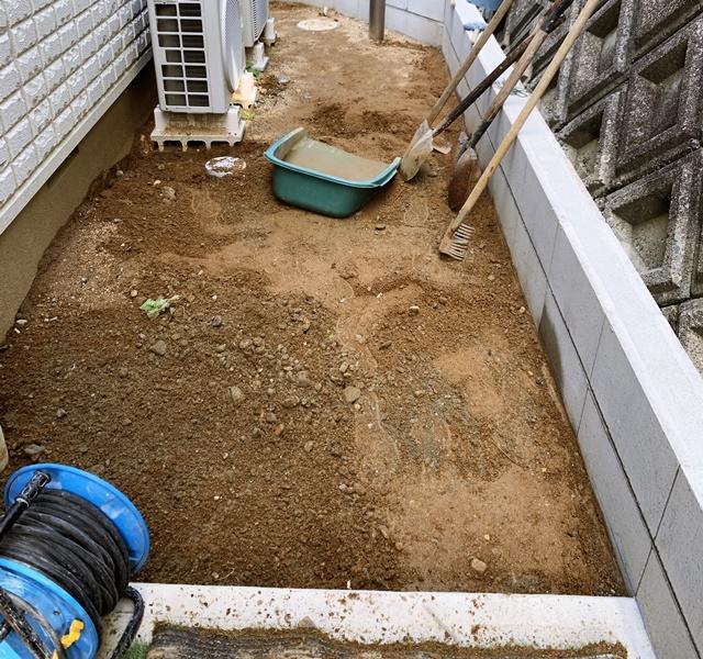 京都 LABOT - lab-t.com - 門回りとカーポートが一体になった屋根を施工中 -