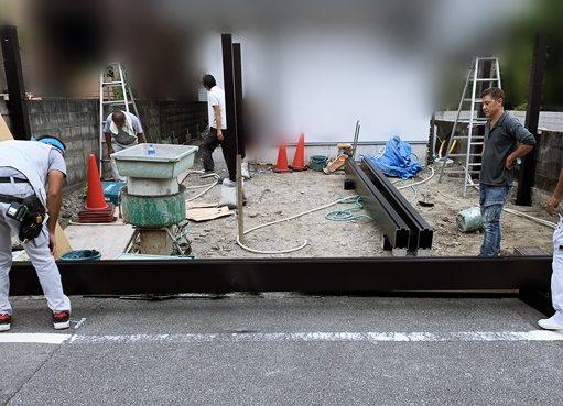 LABOT::門回りとカーポートが一体になった屋根を施工中