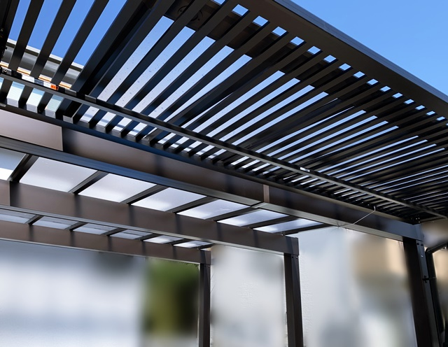 京都 LABOT - lab-t.com - RC杉板風タイルの門回りとダーク系金物の組み合わせがカッコいいでしょ -