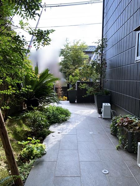 LABOT::スタイリッシュな門回りと緑あふれるアプローチ