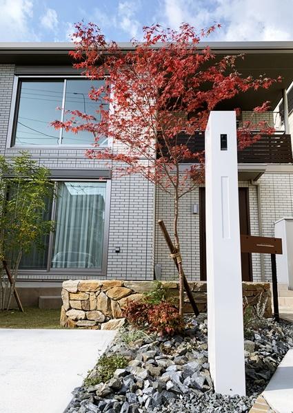 京都 LABOT - lab-t.com - 白いオスポールと赤いモミジ -