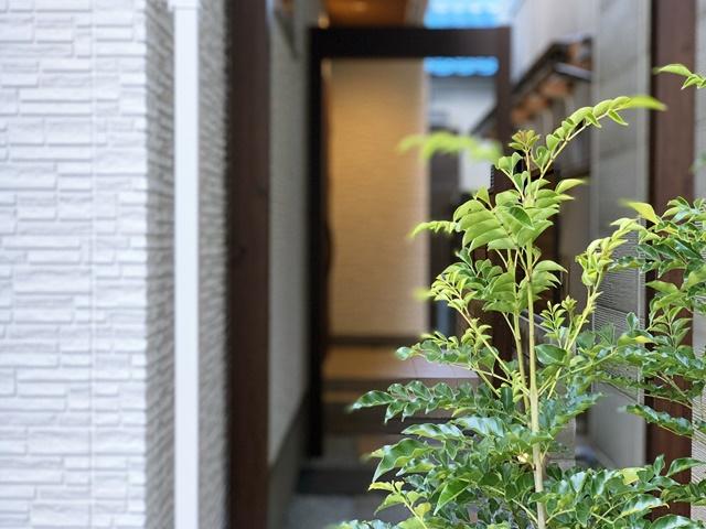 京都 LABOT - lab-t.com - トラバーチンの門柱と三連アーチのアプローチ -