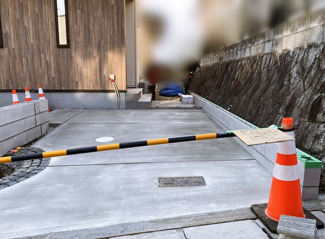 京都 LABOT - lab-t.com - ガレージの真ん中に意匠壁とサークルを作る外構デザイン -
