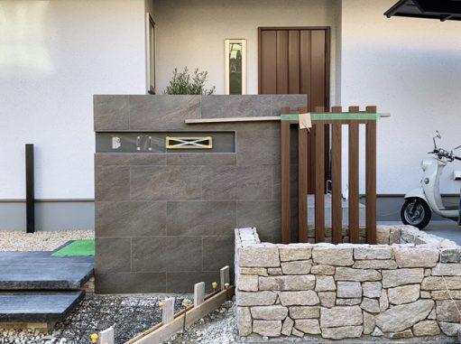 LABOT::伏見区M様邸のタイルと石を使った門柱まわり