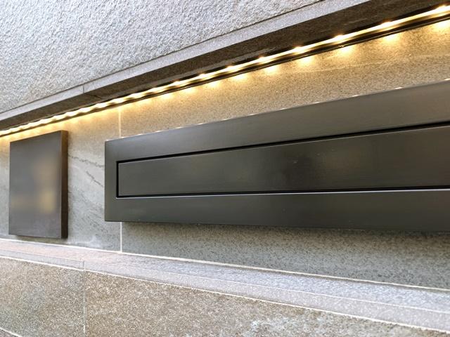 京都 LABOT - lab-t.com - ライン照明のタイル貼りの門柱 (M様邸門回り) -