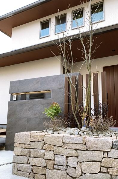 LABOT::ライン照明のタイル貼りの門柱 (M様邸門回り)