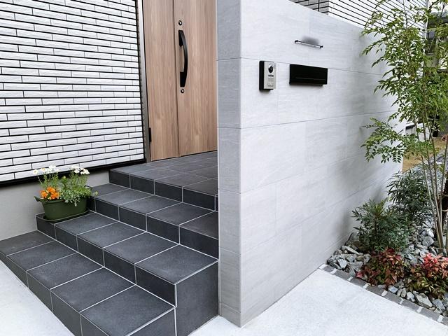 LABOT::プライバシーを守る玄関ドア前の意匠門柱