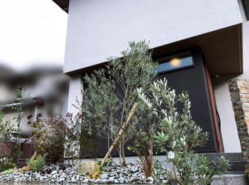 LABOT::門回りは洋風ガーデン、庭側は和のイメージJで。草津市K様邸の植栽工事です。