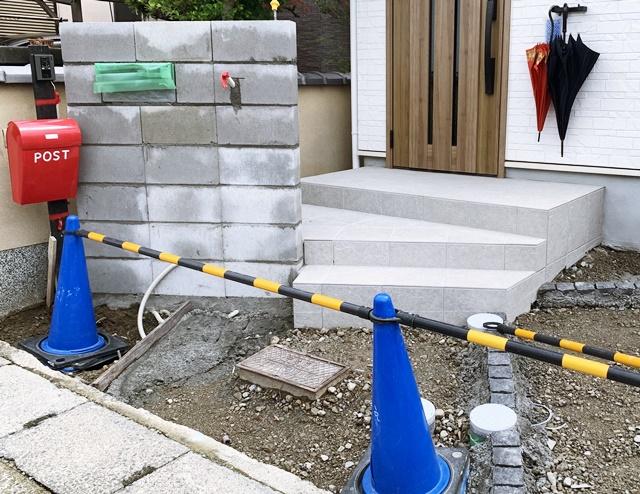 京都 LABOT - lab-t.com - 新築外構工事中の宇治市S様邸のカーポートはナチュラルシルバー -