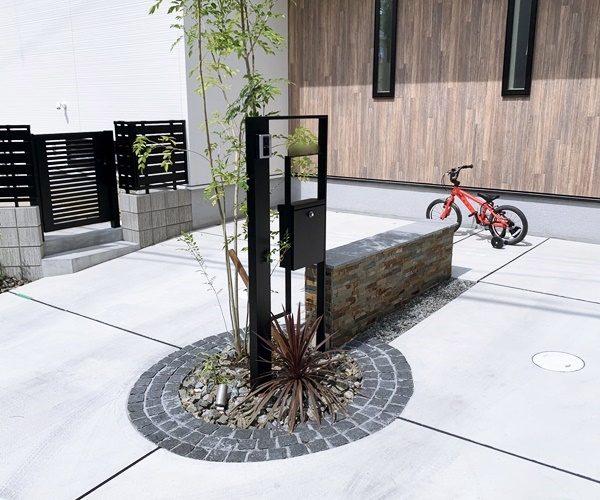 LABOT::ガレージの真ん中に機能門柱とシンボルツリーを