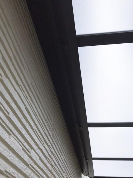 京都 LABOT - lab-t.com - 外壁とサイクルポートの屋根の隙間の雨だって防ぎたいよね -