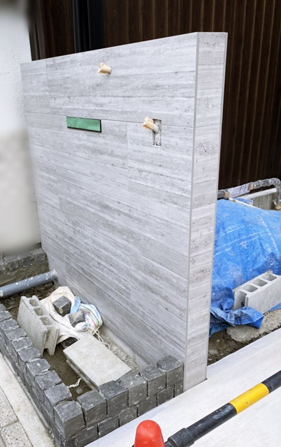京都 LABOT - lab-t.com - 人気のRC杉板風タイルを使った門柱 -